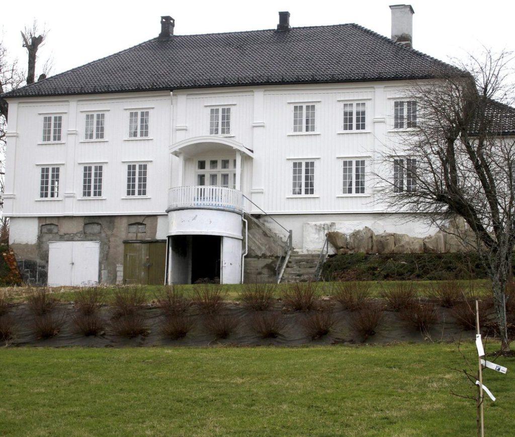 """""""Slottet"""" - Froen gård - i romanen """"Victoria"""" fascinerte Hamsun slik at han bygde en slags kopi i Drøbak, Maurbakken. Pengene kom fra andre enn ham selv. Siden skapte han med egne midler en ny kopi med Nørholm. Dette kalles aristokratiske lengsler - Hamsun var ikke helt uten dem, mildt sagt."""