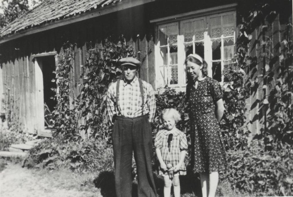 Fra venstre Kasper, Anne Lise og Astrid Møllerhagen, fotografert foran Møllerstua i 1940. Froen Mølle lå ved Årungselva, og var eid av Froen gård i Frogn. Ås- og Frogn bønder kom og fikk malt deres korn på mølla. Det var helårsdrift, men mest i sesongen om høsten. Møller Kaspers kone Astrid var også aktivt med i arbeidet i mølla. Under krigen solgtes det knott der og før krigen var det bensinstasjon ved mølla, betjent av Kasper Møllerhagen. Froen Mølle ble nedlagt i 1947, Kasper M. døde i 1957 og Anne Lise M. i 1984.