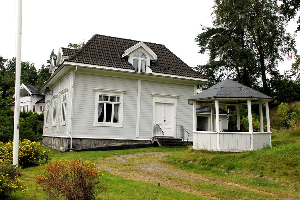 Maurbakken i Drøbak bygd rett etter oppholdet i Ås. Hamsun tegnet huset selv. Men Bergljot og datteren fra første ekteskap flyttet plutselig ut rett etter innflyttingen.