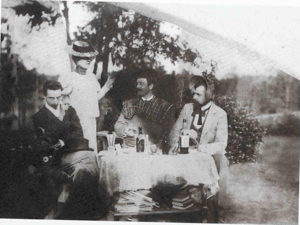 Bilde (til høyre) av hagefest sammen med danske kunstnervenner (forfatteren Helge Rode helt til venstre), er fra Berg gård. Kvinnen stående bak bordet er ukjent, men det kan være Bergljot (eller Anna Munch).