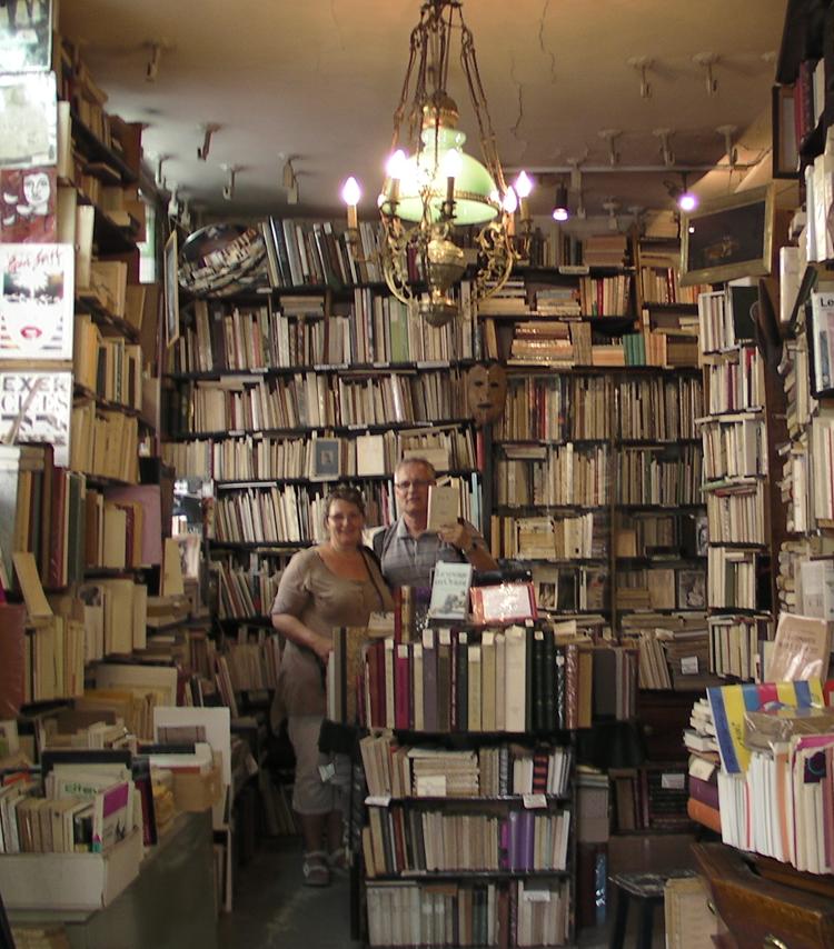 """På jakt etter levninger fra fortiden fant vi både Hamsun og Bjørnson i en bokhandel like ved. """"Oui - Amsun? - is he from scandinavien? Damen hadde flere av Hamsun - men vi hadde bare penger til en, Pan."""